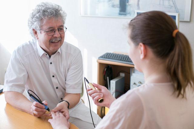 Dr. med. Hay bei einer Behandlung
